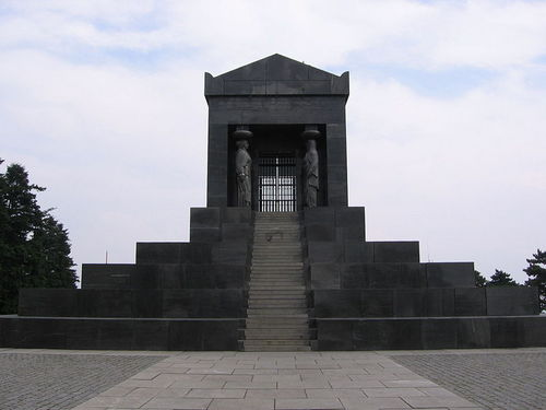 800px-Monument_to_the_Unknown_Hero_Avala1.jpg